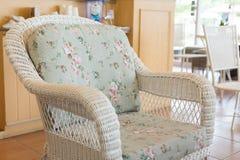Καναπές ύφανσης με τη διακόσμηση μαξιλαριών μαξιλαριών Στοκ φωτογραφία με δικαίωμα ελεύθερης χρήσης
