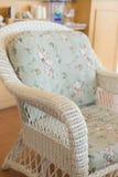 Καναπές ύφανσης με τη διακόσμηση μαξιλαριών μαξιλαριών Στοκ Φωτογραφίες