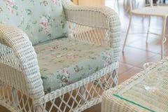 Καναπές ύφανσης με τη διακόσμηση μαξιλαριών μαξιλαριών Στοκ φωτογραφίες με δικαίωμα ελεύθερης χρήσης