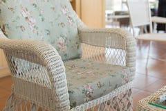 Καναπές ύφανσης με τη διακόσμηση μαξιλαριών μαξιλαριών Στοκ εικόνα με δικαίωμα ελεύθερης χρήσης