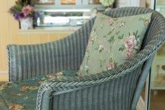 Καναπές ύφανσης με το μαξιλάρι μαξιλαριών Στοκ Εικόνα