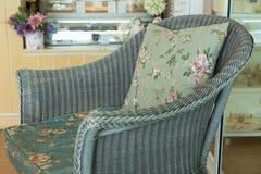 Καναπές ύφανσης με το μαξιλάρι μαξιλαριών Στοκ φωτογραφία με δικαίωμα ελεύθερης χρήσης