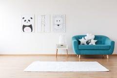 Καναπές Aquamarine στο δωμάτιο παιδιών ` s Στοκ Εικόνες
