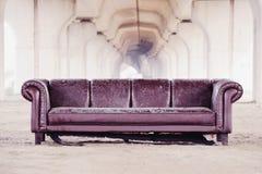 Καναπές Trashed κάτω από overpass στοκ φωτογραφία με δικαίωμα ελεύθερης χρήσης