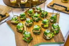 Καναπεδάκια με το αλατισμένους λαρδί, το κρεμμύδι, το αγγούρι, το ψωμί σίκαλης και το μαϊντανό Πίνακας συμποσίου τομέα εστιάσεως  Στοκ εικόνες με δικαίωμα ελεύθερης χρήσης