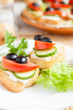 Καναπεδάκια με το μαλακό τυρί και τις ελιές Στοκ φωτογραφία με δικαίωμα ελεύθερης χρήσης
