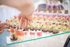 καναπεδάκια στις οδοντογλυφίδες, ορεκτικό, pinchos, ισπανικά τρόφιμα, εύγευστα τρόφιμα δάχτυλων, χέρι - κρατημένα εύγευστα τρόφιμ Στοκ εικόνες με δικαίωμα ελεύθερης χρήσης