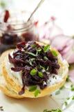 Καναπεδάκια με καραμελοποιημένο chutney κρεμμυδιών και το κρεμώδες τυρί αιγών Στοκ Εικόνα