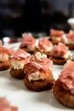 Καναπεδάκια με τις φέτες του prosciutto, της ντομάτας και των σύκων στοκ φωτογραφίες
