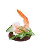 Καναπεδάκια ορεκτικών με το arugula και τις γαρίδες Στοκ φωτογραφία με δικαίωμα ελεύθερης χρήσης