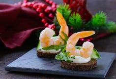 Καναπεδάκια ορεκτικών με το arugula και τις γαρίδες Στοκ Εικόνες