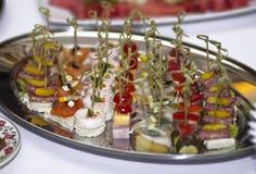 Καναπεδάκια σε ένα πιάτο Στοκ Εικόνες