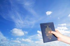 Καναδικό διαβατήριο στο κλίμα μπλε ουρανού Στοκ Φωτογραφίες