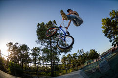 Κανκάν ακροβατικής επίδειξης ποδηλάτων BMX Στοκ εικόνα με δικαίωμα ελεύθερης χρήσης