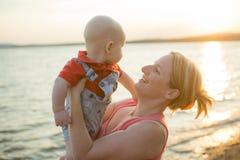 Κανονική οικογένεια φωτογραφιών τρόπου ζωής με τα αγοράκια στην ωκεάνια ακτή Στοκ φωτογραφία με δικαίωμα ελεύθερης χρήσης