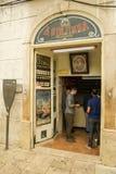 Κανονικοί πελάτες που πίνουν το χαρακτηριστικό portugeese ποτό Ginj κερασιών Στοκ Εικόνες