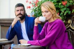 Κανονικός τρόπος Apps να συναντηθεί και να συνδέσει με άλλους ενιαίους ανθρώπους Καφές κατανάλωσης πεζουλιών ζεύγους Περιστασιακό στοκ εικόνες με δικαίωμα ελεύθερης χρήσης