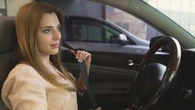 Κανόνες ασφάλειας Όμορφη συνεδρίαση γυναικών στην αυτοκινητική και στερεώνοντας ζώνη ασφαλείας απόθεμα βίντεο
