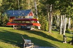 Κανό και καμπίνα στα ξύλα Στοκ φωτογραφίες με δικαίωμα ελεύθερης χρήσης