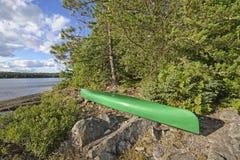 Κανό σε μια θέση για κατασκήνωση αγριοτήτων Στοκ εικόνα με δικαίωμα ελεύθερης χρήσης