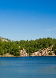 Κανό σε μια μπλε λίμνη Στοκ Εικόνα