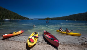 Κανό στη λίμνη Tahoe, Καλιφόρνια παραλιών στοκ εικόνες με δικαίωμα ελεύθερης χρήσης