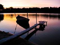 Κανό στο ηλιοβασίλεμα Στοκ Εικόνες
