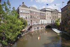 Κανό στο κεντρικό κανάλι oudegracht της παλαιάς ολλανδικής πόλης Ουτρέχτη το καλοκαίρι Στοκ Φωτογραφίες