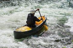 Κανό Whitewater στο ταραχώδες νερό Στοκ φωτογραφία με δικαίωμα ελεύθερης χρήσης