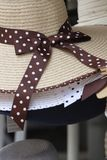 Καπέλα με τα μεγάλα περιθώρια και ένα τόξο Στοκ φωτογραφία με δικαίωμα ελεύθερης χρήσης