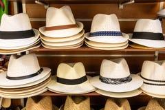 Καπέλα στα ράφια στοκ φωτογραφίες με δικαίωμα ελεύθερης χρήσης