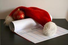 Καπέλο Άγιου Βασίλη, μπιχλιμπίδι Χριστουγέννων και ένα ημερολόγιο στοκ εικόνες με δικαίωμα ελεύθερης χρήσης