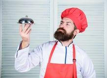 Υπερήφανος του άριστου πιάτου Εύγευστη παρουσίαση γεύματος Λεπτολόγη προετοιμασία και προσεκτικό γεύμα παρουσίασης Καπέλο ατόμων  στοκ εικόνα με δικαίωμα ελεύθερης χρήσης