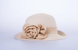 Καπέλο για την κυρία ή όμορφο καπέλο αχύρου με το λουλούδι Στοκ εικόνα με δικαίωμα ελεύθερης χρήσης