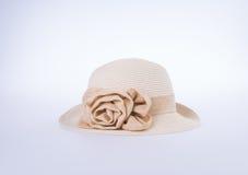 Καπέλο για την κυρία ή όμορφο καπέλο αχύρου με το λουλούδι Στοκ φωτογραφία με δικαίωμα ελεύθερης χρήσης