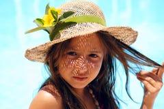 καπέλο κοριτσιών κοντά στη φθορά λιμνών Στοκ Φωτογραφία