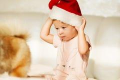 καπέλο κοριτσιών λίγο santa Πορτρέτο του όμορφου κοριτσάκι playin Στοκ φωτογραφίες με δικαίωμα ελεύθερης χρήσης