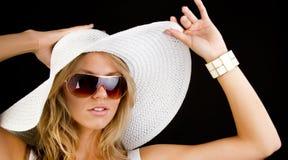 καπέλο που φορά τη λευκή &ga στοκ φωτογραφία