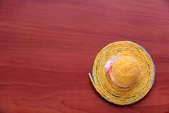 Καπέλο στο καφετί υπόβαθρο Στοκ εικόνα με δικαίωμα ελεύθερης χρήσης