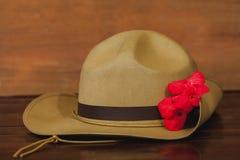 Καπέλο στρατού Anzac slouch με το κόκκινο λουλούδι Στοκ Εικόνες