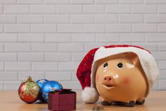 Καπέλο Χριστουγέννων σε Piggy Στοκ φωτογραφία με δικαίωμα ελεύθερης χρήσης