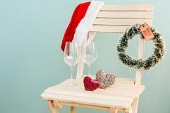 Καπέλο Santa, δάπεδα τζακιού και γυαλιά κρασιού στοκ φωτογραφία με δικαίωμα ελεύθερης χρήσης