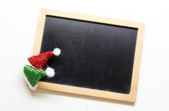 Καπέλο santa διακοσμήσεων Χριστουγέννων στο ξύλινο υπόβαθρο πινάκων στοκ εικόνα