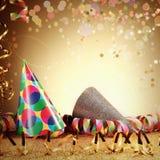Καπέλα και ταινίες καρναβαλιού στον πίνακα Glittery Στοκ Φωτογραφία