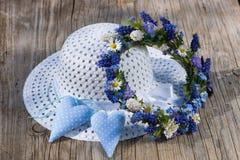 Καπέλο ήλιων με το floral στεφάνι Στοκ Φωτογραφία