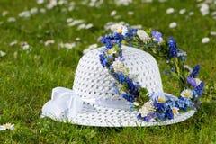 Καπέλο ήλιων με το floral στεφάνι Στοκ εικόνα με δικαίωμα ελεύθερης χρήσης