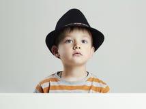 καπέλο αγοριών λίγα παιδί αστείο Στοκ φωτογραφία με δικαίωμα ελεύθερης χρήσης