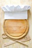 Καπέλο αρχιμαγείρων στην τέμνουσα έννοια τροφίμων πινάκων αφηρημένη Στοκ Εικόνες
