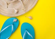 Καπέλο αχύρου γυναικών ` s, μπλε παντόφλες, κοχύλια θάλασσας, νεκταρίνι στο κίτρινο υπόβαθρο, διακοπές παραλιών, παραλία, μόδα Στοκ εικόνα με δικαίωμα ελεύθερης χρήσης