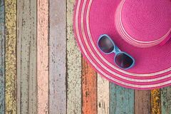 Καπέλο αχύρου και γυαλιά ηλίου στο εκλεκτής ποιότητας ξύλο Backgrou καλοκαιρινών διακοπών Στοκ Εικόνες